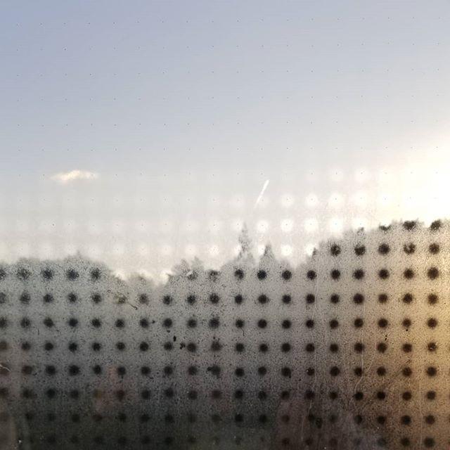 八ヶ岳の空機嫌 左から飛び雲・飛行機雲・太陽 室温10℃外気温との差で窓のペアガラスに水玉模様登場 #ひなぎくきつね