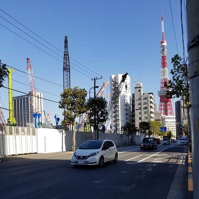 変化の途中 空は明るく閑散と見える 東方向東京タワー これと同じ高さ333mのビルがたつロシア大使館前 北方向六本木一丁目駅ビル 最近の現場キリンは色とりどり #ひなぎくきつね