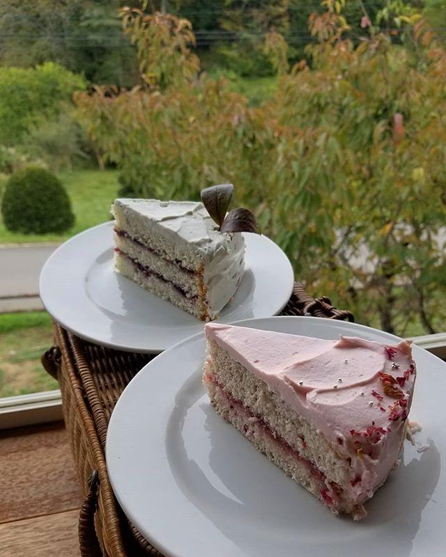 片方はBLB:ブルーなレディのブルーのケーキ  これはオリジナル(好きでやったこと)ですが、もう片方はジャンルとして確立しているらしい #cakeinpink #countrysidewithcake #ひなぎくきつね #八ヶ岳めぐる庭の菓子売り場