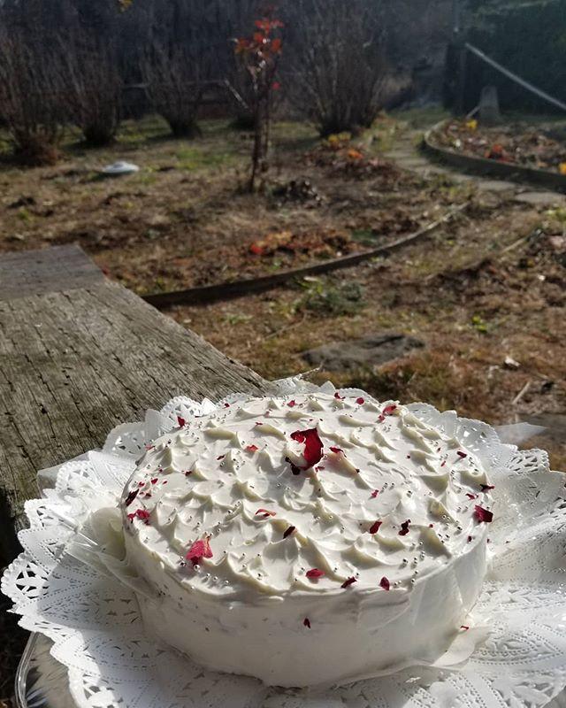 2019年最後に作った一台飾りは庭の紅ばらの花びらドライ。後ろ中央がそのばらマリアカラス。ほらと木に見せたくて #八ヶ岳めぐる庭の菓子売り場 #ひなぎくきつね #countrysidewithcake