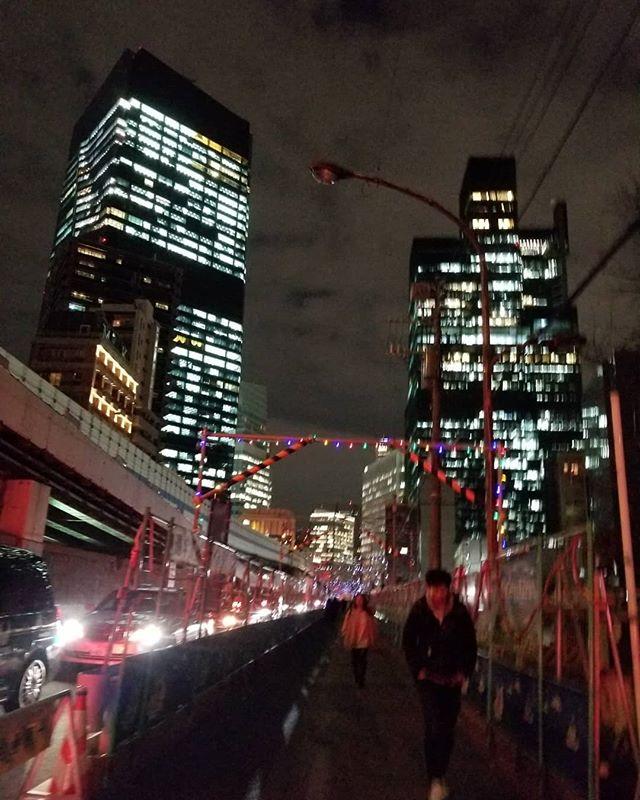 「シティだねーー」歩いてちょっとの六本木一丁目駅ビル。階段がゴージャス! #ひなぎくきつね