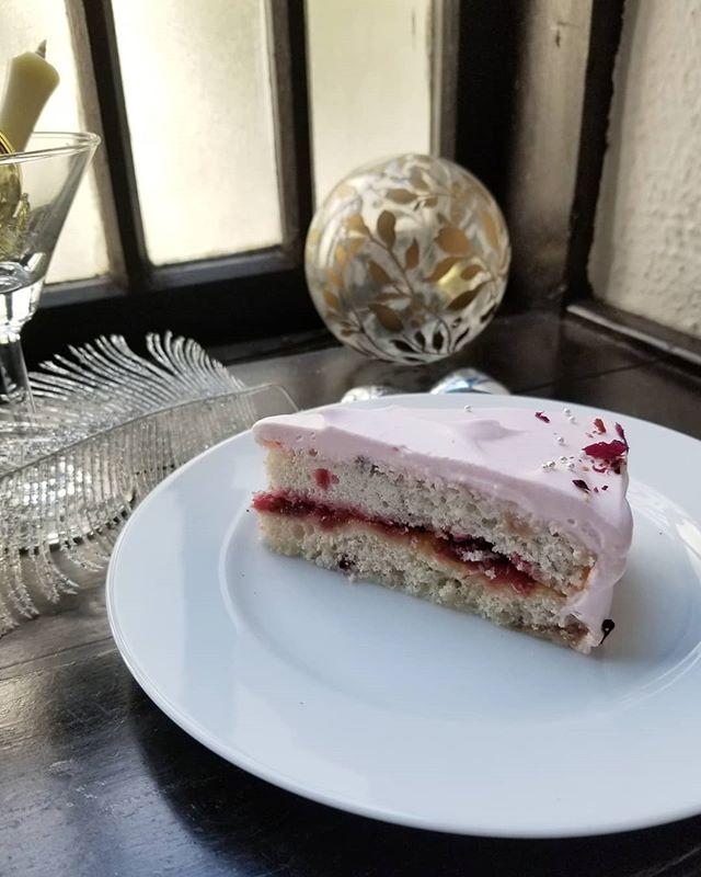 ルバーブのピンクのケーキ臨時開店は作ってうれしいケーキ2品と飲み物で #飯倉片町カフェ #ひなぎくきつね #cakeinpink #allthebeautifulthings #rhubarbecakeruby