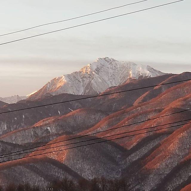 南アルプス甲斐駒ヶ岳の朝焼け  山の左端白く細く輝くのは遠くの北岳の山陵 : 日本第2の山 #八ヶ岳の空機嫌 #ひなぎくきつね #countrysideskyjapan